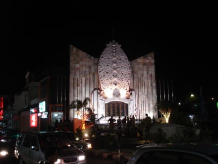 Denkmal - Gedenktafel der Bombenopfer  / Kuta Memorial 2002