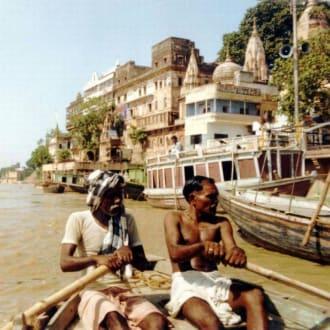 Unserer Bootsausflug entlang des heiligen Tempels - Ghats am Ganges
