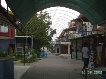 Geschäfte und Wohnhäuser - Einkaufen & Shopping