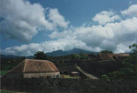 Fort Saint Charles mit Blick auf Soufriere - Vulkan Soufrier