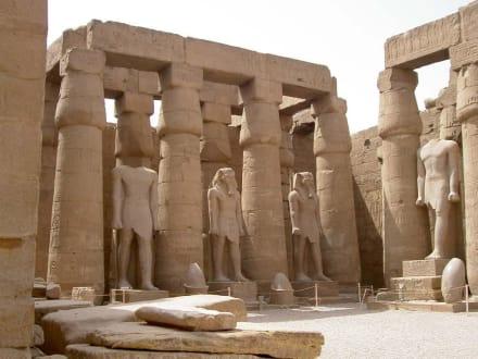Luxor-Tempel Statuen Innenhof Amenophis III - Luxor Tempel