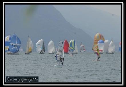 Torbole sul Garda mit Blick Richtung Süden Malcesine - Windsurfen