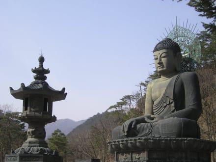 Buddha und Steinlaterne - Seoraksan Nationalpark