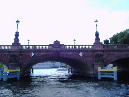 Moltke-Brücke im Regierungsviertel - Bootstour Spreefahrt Berlin