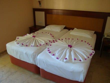 Zimmer deko bild hotel melas holiday village in side for Hotelzimmer deko