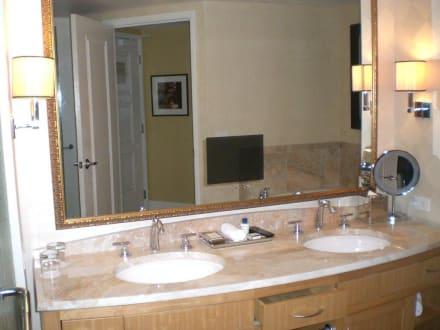 badezimmer mit fernseher im spiegel bild hotel trump international in las vegas nevada usa