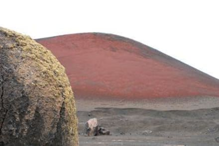 Vulkanbombe und roter Krater - Nationalpark Timanfaya (Feuerberge)