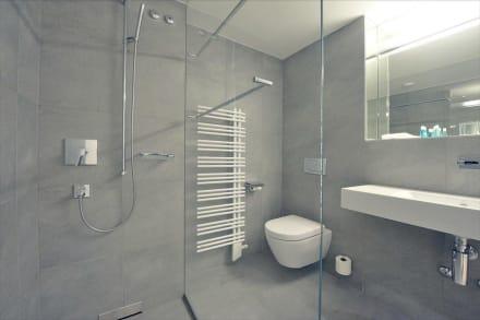 sch nes bad mit grosser dusche bild hotel kerenzerberg in filzbach ostschweiz schweiz. Black Bedroom Furniture Sets. Home Design Ideas