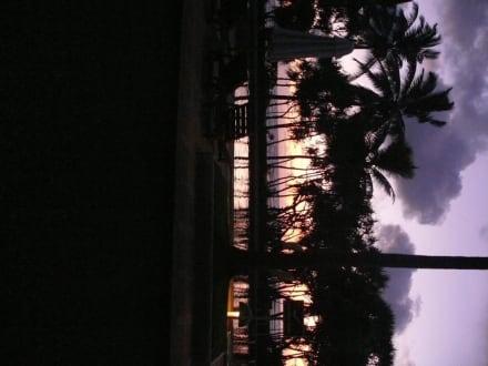 Sonnenuntergang am Pool - AVANI Bentota Resort & Spa