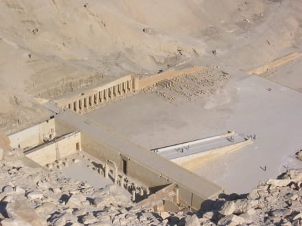 Hatchepsud-Tempel mal von oben - Tempel der Hatschepsut