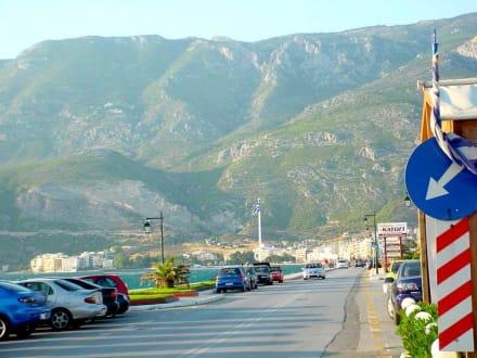 Blick Richtung Loutraki - Strandtaverne Kapnatio