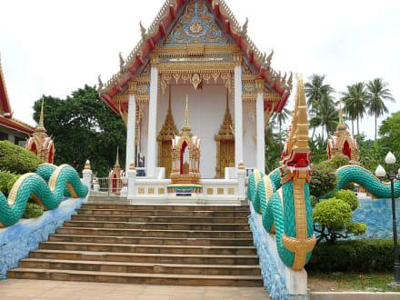 Tempelanlage in Karon mit Markt am Wochenende - Wat Suwan Khirikhet