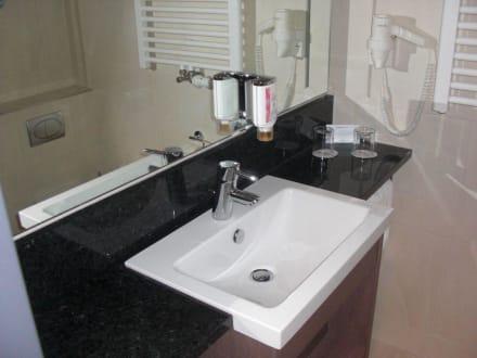 badezimmer im doppelzimmer bild intercityhotel hannover in hannover niedersachsen deutschland. Black Bedroom Furniture Sets. Home Design Ideas