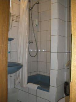 kleines bad mit dusche und wc bild hotel noss in cochem rheinland pfalz deutschland. Black Bedroom Furniture Sets. Home Design Ideas