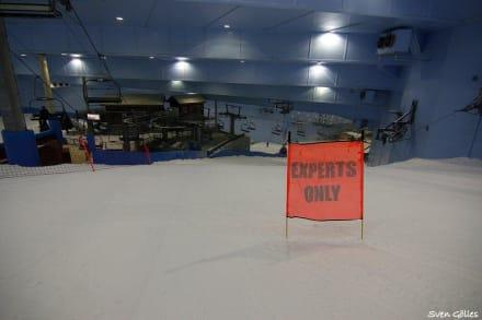 Hier geht es richtig steil nach unten... - Ski-Dubai Halle (Mall of the Emirates)