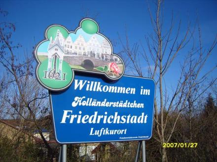 Das Schild vor der Stadt! - Zentrum Friedrichstadt