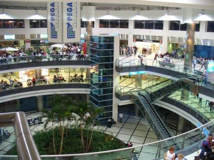 Flughalle im neuen Terrninal - Flughafen Antalya (AYT)