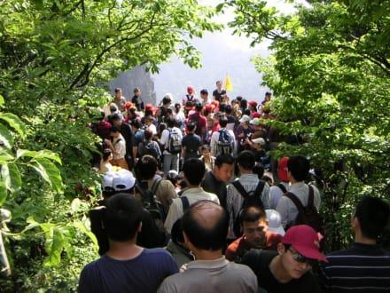 man schiebt sich die Treppen nacheinander hoch - Huangshan Berge