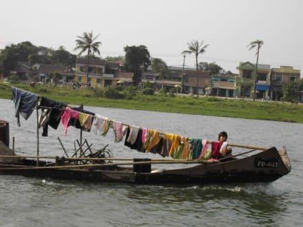 fahrende Wäscheleine auf dem Parfümfluss - Parfümfluss Huong Giang