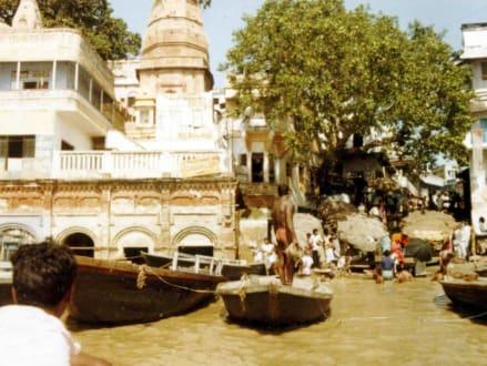 Heiliger Tempel in Varanasi (Benares) - Ghats am Ganges
