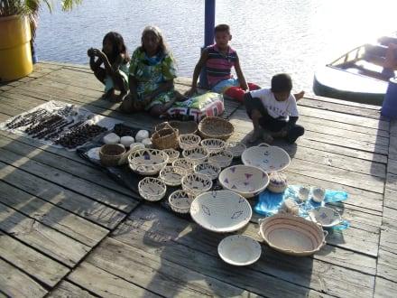 Souvenirs der indianer vor der lodge zum kaufen - hotel orinoco delta