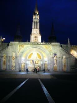 Rosenkranzbasilika bei Nacht - Der Heilige Bezirk