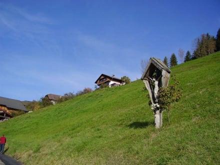 Weiler mit Wegkreuz - Wandern St. Vigil in Enneberg
