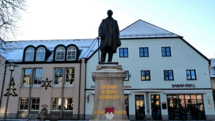 Das Preysing Denkmal vor dem Rathaus - Plattling