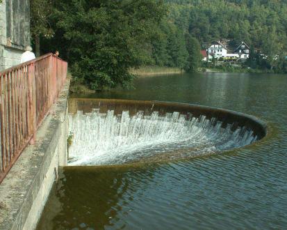 Abfluss des Machasees - See von Doksy / Máchasee