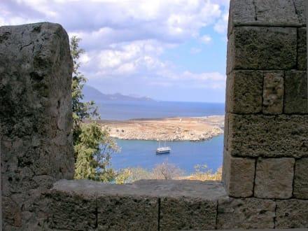 Blick durch die Zinnen aufs Meer - Akropolis von Lindos