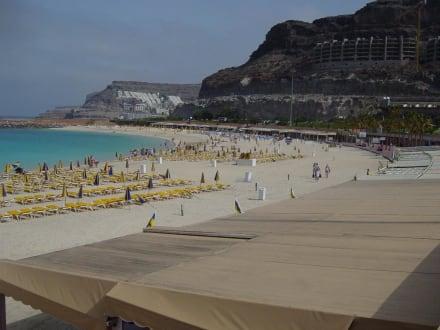 Der Strand (aufgeschüttet) von Amadores - Strand Playa de Amadores