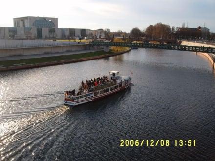 Ausflugsschiff auf der Spree Nähe HBF - Bootstour Spreefahrt Berlin
