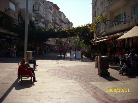 Die Haupteinkaufsstrasse - Einkaufen & Shopping
