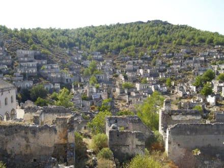 Ein Panoramablick über die Geisterstadt - Griechische Siedlung Kayaköy