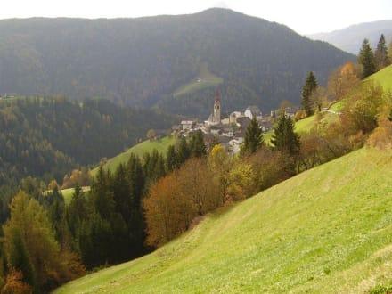 Blick auf Enneberg-Pfarre - Wandern St. Vigil in Enneberg