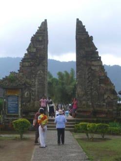 Eingang zum Tempelreich - Tempel Pura Ulun Danu Bratan