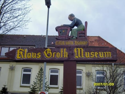 Ein Hinweisschild! - Klaus-Groth-Museum