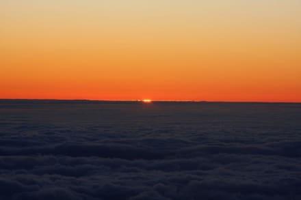 Die Sonne schaut über den Wolken - Teide Nationalpark