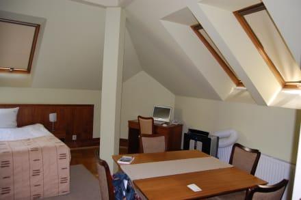 wohn schlafzimmer unterm dach bild apartments red brick in krakow krakau kleinpolen polen. Black Bedroom Furniture Sets. Home Design Ideas