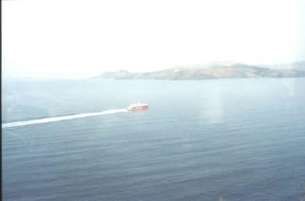 Powerboot beim Ausluafen von der Insel Santorin - Insel Santorin