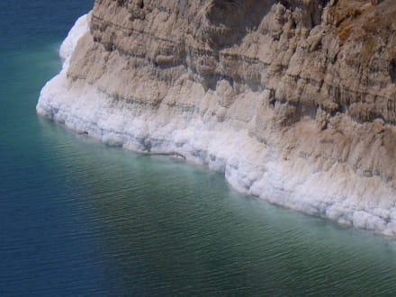 Die Salzkruste des verdunstenden Toten Meeres - Baden im Totem Meer