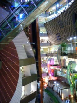 Innenansicht mit Rolltreppen - Core Pacific City Living Mall
