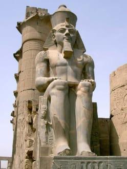 Luxor-Tempel Kolossalstatue Ramses II im Innenhof - Luxor Tempel