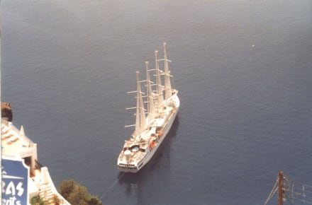 Ein Segelschiff an der Küste von Santorin 1 - Insel Santorin