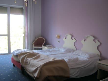 sch ne betten bild hotel la meridiana in mogliano. Black Bedroom Furniture Sets. Home Design Ideas