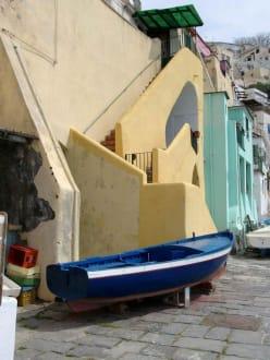Im Fischerhafen von Corricella - Altstadt Procida