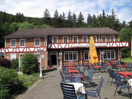 Das Haupthaus mit Cafe und Biergarten - Hotel Berliner Bär