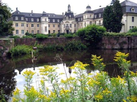 Schloss Varlar, Gräfte und Hauptflügel - Schloss Varlar
