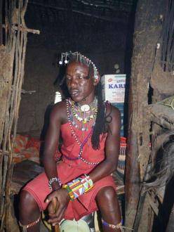 Hinter dem Masai der Schlafraum - Masai Dorf