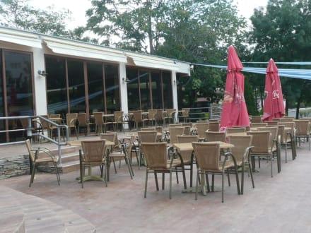 restaurant st hle und tische am pool bild hotel iskar in sonnenstrand bulgarien s den bulgarien. Black Bedroom Furniture Sets. Home Design Ideas